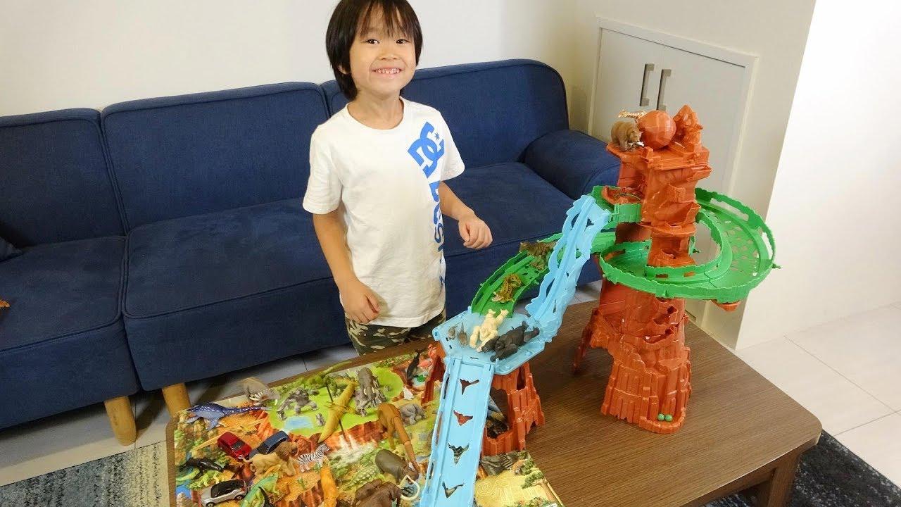 レオくんがアニア ビッグフォールマウンテンであそぶよ!恐竜や動物のおもちゃであそぼう! レオスマイル